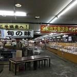 網走海鮮市場 - 一階の海鮮市場ではオホーツクの海の幸が所狭しと並べられていました