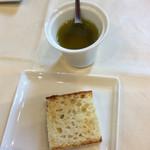 ピッツェリア ナオ - フォカッチャとオリーブオイル