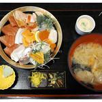 魚啓 - 「極上海鮮丼(全景)」… 味噌汁大きい!