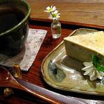 カフェ百時 - 玄米茶と胡麻のベイクドチーズケーキ¥380