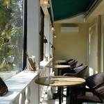 サンドウィッチファクトリー - 窓際の席の様子