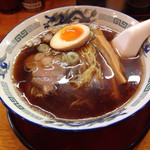 高松 - 醤油ラーメン、色は濃いが味はシンプル。