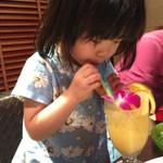 カラオケ パセラ - 2歳かな、初めてのカラオケ。 ストローは、水色、黄色の2本、飲むのもたのしそう。