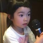 カラオケ パセラ - 3歳と半年。もうすぐ4歳、画面の文字は読めないが、真剣。