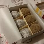 本家小嶋 - 「紙箱6個入り (920円)」で、「芥子餅」と「ニッキ餅」を3個ずつ