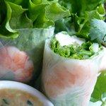 ゴールデン・バーニング - ゴイ・クン(鶏肉と海老、新鮮ハーブのベトナム風生春巻き