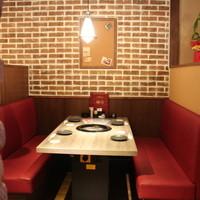 【温かみのある空間】赤と茶色を基調としたカフェ風の店内