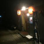 場外市場食堂 - 外観写真:暗闇に浮かぶお店