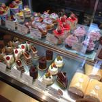 お菓子の家 鎌倉小川軒 - 美味しそうなケーキが並んでます。