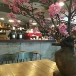 バー・ジンガロ - メインテーブルには桜