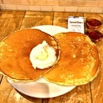 J.S. PANCAKE CAFE  - 超デカイシンプルパンケーキ。メープルが二種類付いてます。意外に良かった!