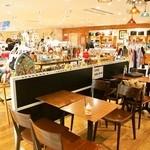 ミルク&パフェ よつ葉ホワイトコージ - 隣のお店「Craft Studio」内に設定してあるテーブル席も使っていいそうです