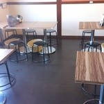 肉汁うどんの南哲 - テーブル席。今平日のオープン時には7人。