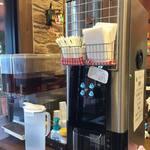 石窯焼きパンの城 スイート 並柳 - ドリンク写真:タッチパネル式でブラックコーヒーとカフェ オレの2種類。