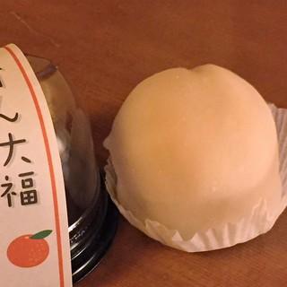 旬菓庵かどや   - 料理写真:みかん大福(250円)