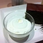 北海道牛乳カステラ - 生クリームかソフトクリームが選べる