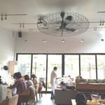 ブランチキッチン - 明るくて開放感のある店内