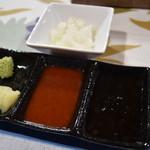山中湖畔のステーキ酒場 - 左:わさびとニンニク、中:辛味タレ、右:甘みタレ、奥:大根おろし