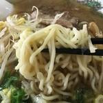 すみれ - 麺は中太縮れ