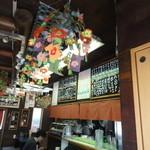 肉の宝屋 - 店内 天井には電飾の名残があります。