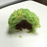 萬御菓子誂處 樫舎 - 中には小豆の餡が入っていますが、甘さ控え目です。