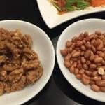 リトル成都 - お通しの左:甘いナッツ 右:ピーナッツ