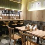 ダテ カフェ オーダー - カウンター席とテーブル席からなる店内♪