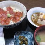 おかってや - まぐろづけ丼と牛肉豆腐750円