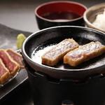 牛カツのタケル - 赤みが気になる場合は 一緒にお出しするちっこい鉄板で焼いて、 お好みの加減でお召し上がりください。