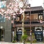 神田まつや - 外観写真:入口(右)、出口(左)です。