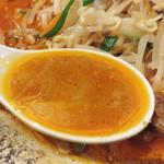 49236195 - スープは、かなり油ギッシュで驚きましたが、味わってみるとめっちゃゴマゴマしく濃厚です。