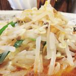 49236198 - 野菜たっぷりと言うと、チャンポンみたいな炒め野菜かなと思ったら、                       根切りモヤシがメインでした。                       コレがまた濃厚スープにぴったり合います。