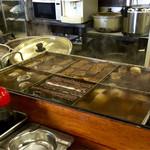 味のお福 - どて焼き鍋の隣にはおでん鍋