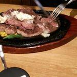 ステーキハウス アパッチ - 塩コショーの味付けにバター乗せのニンニク醤油、そりゃ旨いっす。