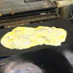 いか焼剣吉 - 大阪焼き鉄板でイカ焼き作業中
