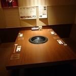軍鶏十番 - テーブル席はほぼ個室的な感じ
