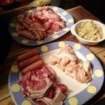 焼肉居酒屋 くまみちゃん  - 小肉、ホルモン、ジンギスカン、豚カルビ、ウィンナーとパスタサラダ