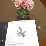 49325640 - テーブルのお花もメニューも