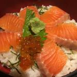炉端焼 魚然 - サーモン丼定食 ¥900 のサーモン丼