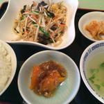 松柏 - 料理写真:定食に添えられるキムチもしっかりと辛い!
