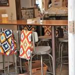 ピッツェリア アネッロ - 入り口扉の隣の扉も解放され、陽光を浴びる店内です