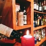 マーマレードカフェ - 夕刻にはキャンドルの明かりで雰囲気が変わるカウンター