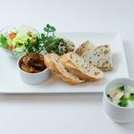 トータルフーズ - サンドイッチプレート 2種類のサンドイッチデリ+パン2種+ミニサラダ+スープ付