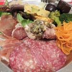 イタリア食堂 キャリー - 前菜の盛り合わせ。 生ハム・サラミ・パテ・レンズ豆・キャロットラペ 魚のカルパッチョ・シシャモの薫製・オムレツ・野菜のマリネ各種。