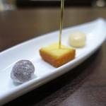 49416711 - ヘーゼルナッツのチョコレートかけ                         バニラのパウンドケーキ                         レモンのマカロン