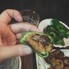 庄助 - 料理写真:ピーマンの中につくねを入れて箸でつくねを潰す。