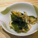 おたる政寿司 - 煮だこ、沢庵、ワカメの和え物