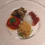 シェフス - 前菜盛り合わせ (赤ピーマンマリネ、小アジ素揚げアニスソース、上海ソーセージ、くらげ胡瓜)