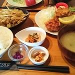 49542094 - 野菜炒めとから揚げハーフ&ハーフ定食。