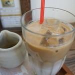 PAO - 宇治の抹茶ラテ(756円) 京都宇治で創業百有余年の「角興商店」の上質で安全な抹茶シロップがついてきます